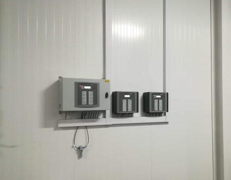 Три установленных на стене климатических контроллера Fancom