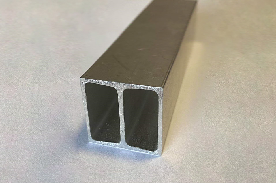 Profil aluminiowy z widocznym przekrojem leżący swobodnie