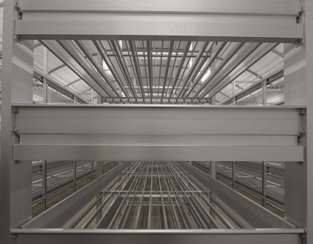 Regał aluminiowy dla hodowli pieczarek na tle innych półek