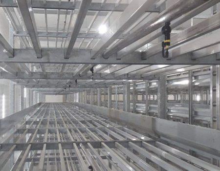 Instalacja systemu nawadniającego w regałach uprawowych