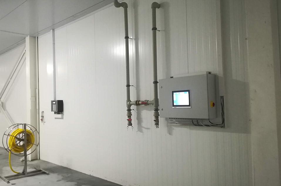 Komputer sterujący nawadnianiem zainstalowany na ścianie