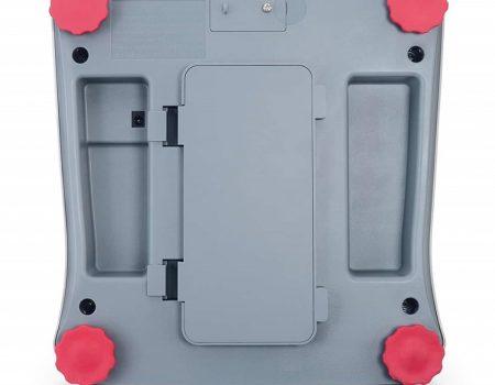 Spód wagi VALOR 1000 z widoczną klapką baterii oraz nóżkami