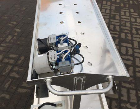Wózek transportowo-dokujący z dwoma napędami elektrycznymi do wózków do zbioru
