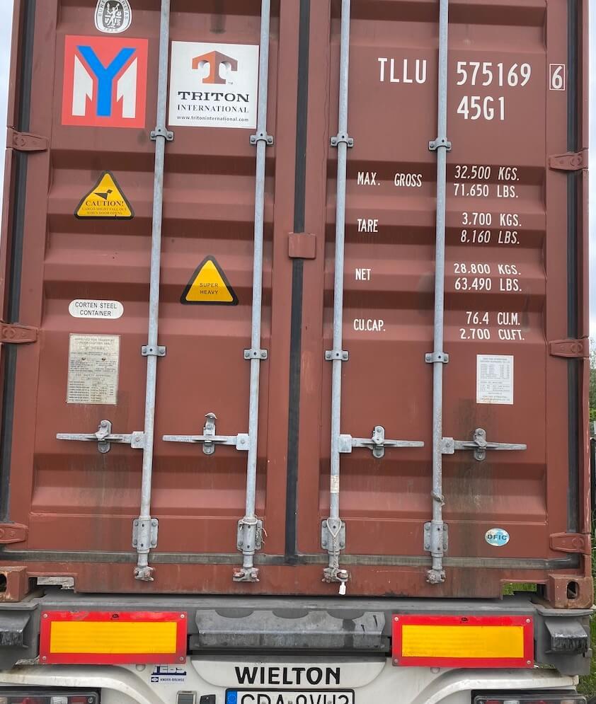 Zamknięte drzwi kontenera z wysyłką do klienta z Izraela przed opuszczeniem Polski