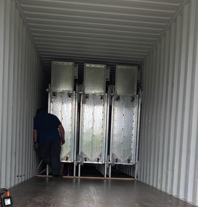 Wnętrze kontenera z widocznymi trzema wózkami do zbioru pieczarek firmy GROWTIME